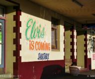 「1月、エルビスがやってくる!」の文字が描かれたパブの壁面