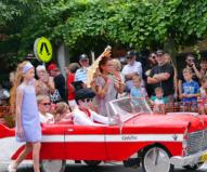 子供たちもミニカーでエルビス・パレードに参加!