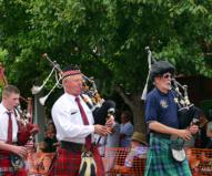 伝統的なバグパイプ楽団もこの日ばかりはエルビス(笑)