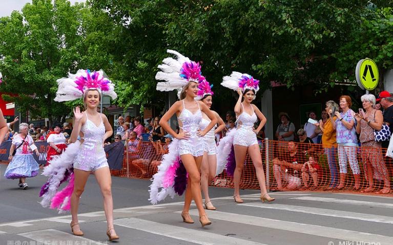 パレードに華やかさを添えるショーガール