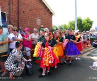 エルビス列車でやってくる人たちを歓迎する町の人々