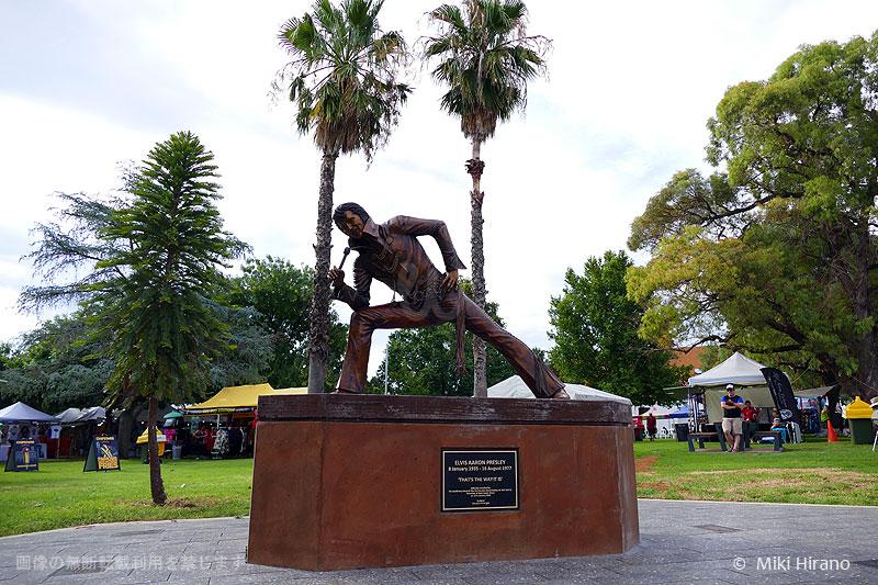 パークスの町の中心に建つエルビス・プレスリー像