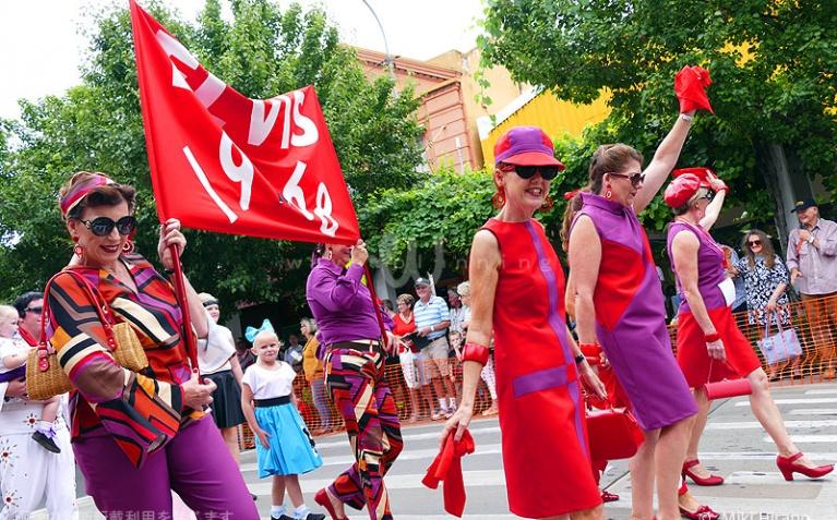 40~60代のお友達グループでパレードに参加する女性たち