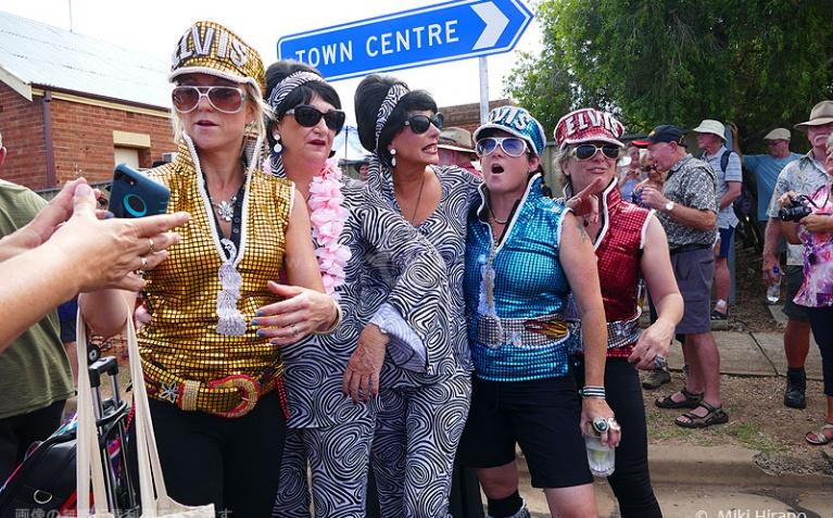 エルビス列車で到着した50~60代の女性グループ
