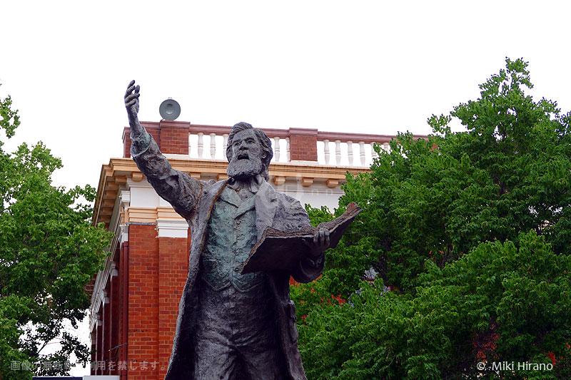 町の名前の由来となったヘンリー・パークスの像