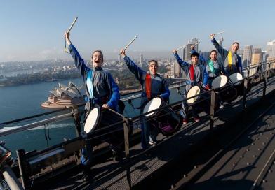 シドニー・ハーバーブリッジ頂上で、世界初の和太鼓演奏会