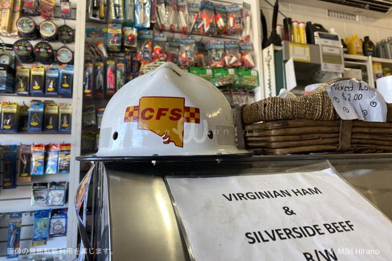 カンガルー島へ渡る本土側のお店にはボランティア消防士たちへの募金箱が設置されている(2020/1/29撮影)