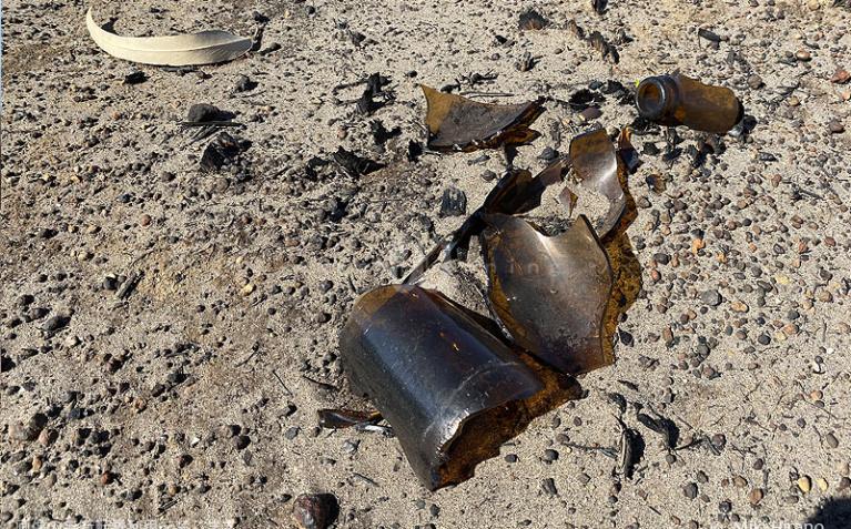 放置されていた瓶は熱さで割れ、丸くなった角が火の勢いの凄まじさを物語る。(2020/1/29撮影)