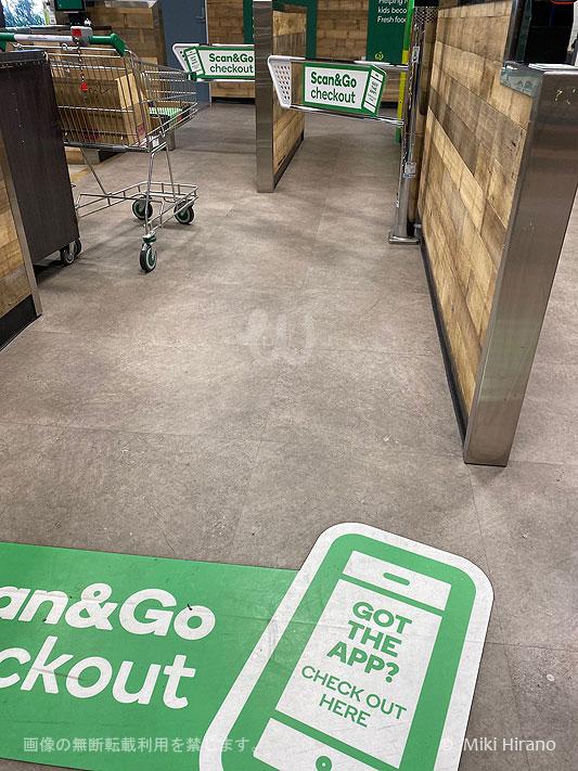 Scan & Go 専用の出口「Scan & Go Checkout」へ向かう。