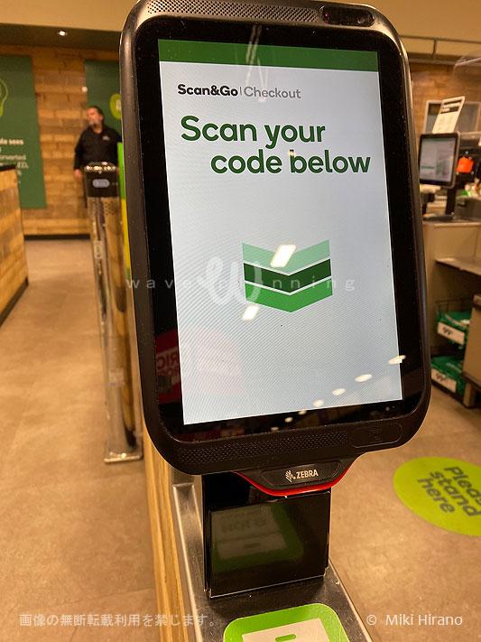 アプリで会計した時に表示されるバーコードをスキャンさせると前方ゲートが開く。