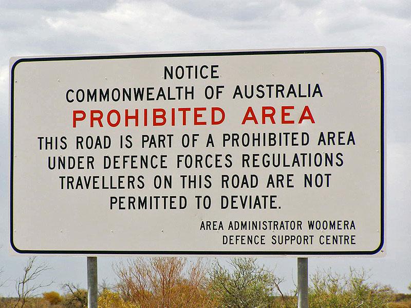 「制限区域:道路からはずれるな」の警告版 Photo by Kr.afol(2007) Wikipedia